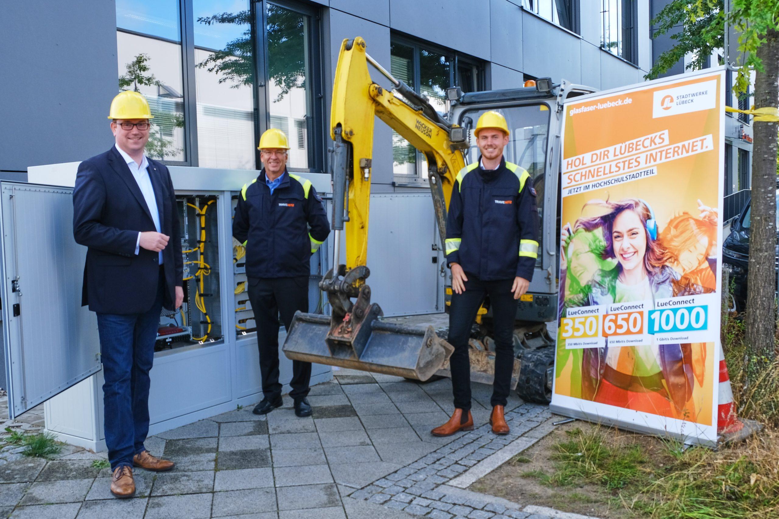 Bürgermeister Jan Lindenau war mit dabei, als die TraveNetz mit Ralf Brendle (Leiter Breitband und Digitale Infrastruktur und Kilian Hansen (Projektleiter Glasfaserausbau Hochschulstadtteil) das Projekt vor Ort vorstellten.