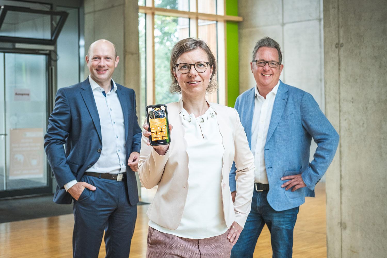 Geschäftsführer Sven Bäumler (links) und die beiden Spezialisten vom Team der Kommunalbetreuung, Nicole Schultz (mitte) und Michael Friedrichs (rechts) freuen sich über die Travenetz-App als neues digitales Serviceangebot des regionalen Netzbetreibers.